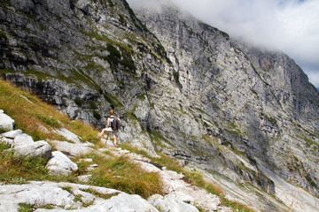 Wanderer in Felslandschaft in Tirol