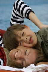 Kleiner Junge schmust mit seiner Mutter