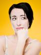Portrait jeune femme pensive - fond jaune