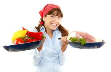 Junge attraktive frau beim braten von fleisch oder vegetarisch