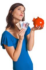 träumende Frau mit Sparschwein und Geldscheinen