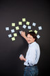 kreativer mann mit post-its
