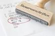 Stempel mit Aufschrift Steuervorschriften mit Kassenbon