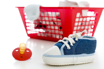 Wäschekorb, Schnuller und Kinderschuh (no pr)