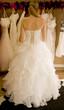 femme de dos essayant une robe de mariée