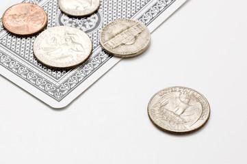 複数の小銭とトランプ
