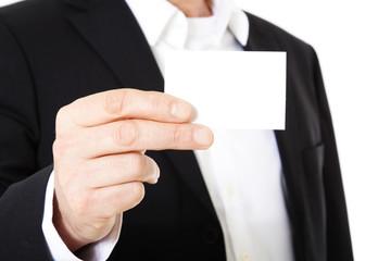 Geschäftsmann hält Visitenkarte hoch.