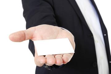 Männliche Hand überreicht Visitenkarte.