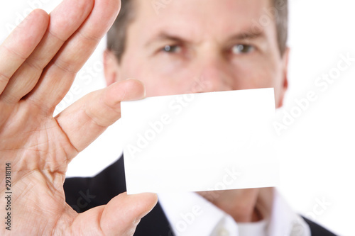 Geschäftsmann zeigt seine Visitenkarte.