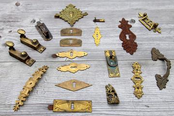 Viele antike Türschlösser und Beschläge