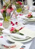 Fototapety Gedeckte Festtafel mit Rosendekoration