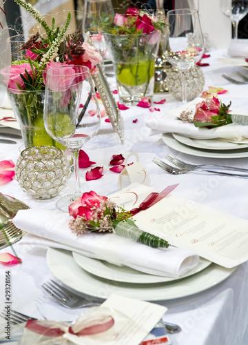 Gedeckte Festtafel mit Rosendekoration - 29328164