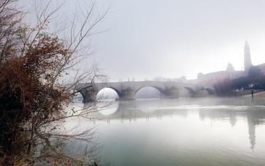 paisaje nublado con rio y puente
