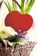 Herz mit Blumen im Korb
