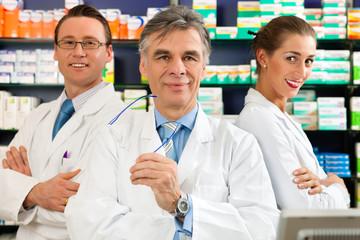 Apotheker Team in der Apotheke vor Medikamenten