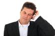 Attraktiver Mann leidet unter Kopfschmerzen.