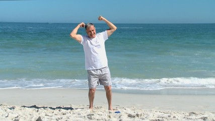 Elderly man doing strength exercices