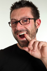uomo con bocca aperta