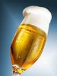 Bierglas breite Krone vor Blau