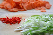 Chili, Frühlingszwiebel und Karotten