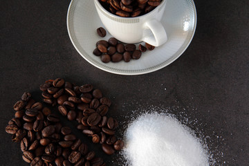 chicchi di caffè con tazza e zucchero