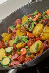 Gemüsepfanne mit Mettwurst
