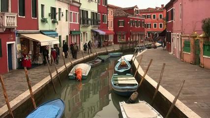 Canal en la Isla de Burano, Venecia.