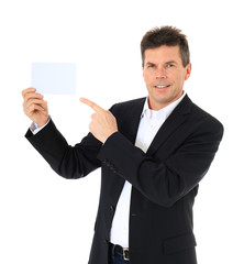 Attraktiver Mann zeigt auf ein weißes Blatt.
