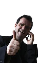 Homme recevant une bonne nouvelle au téléphone