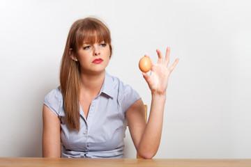 sitzende Frau und ein Ei