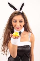 Schnuki Hasi mit einem Osterei