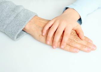 Enkel hält Omas Hand