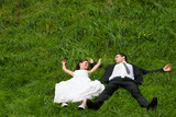 brautpaar liegt ausgestreckt im gras