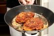 Paniertes Schnitzel in der Pfanne