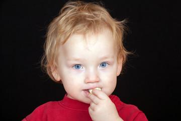 Kleinkind beim Naschen