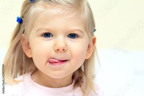 Kleines Mädchen mit Löffel