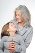 Enkelin und Oma schauen sich an