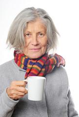 Seniorin mit Teetasse in der Hand