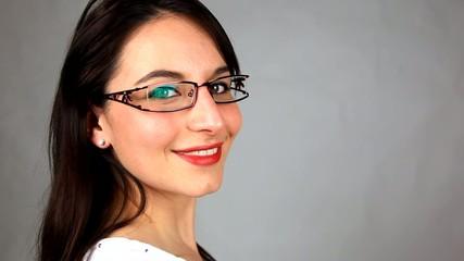 femme aux lunettes