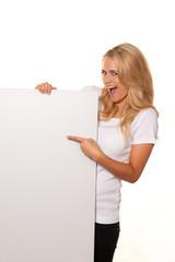 Frau mit leerem Poster zur Werbung für Eröffnung