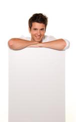 Mann mit leerem Poster zur Werbung für Eröffnung
