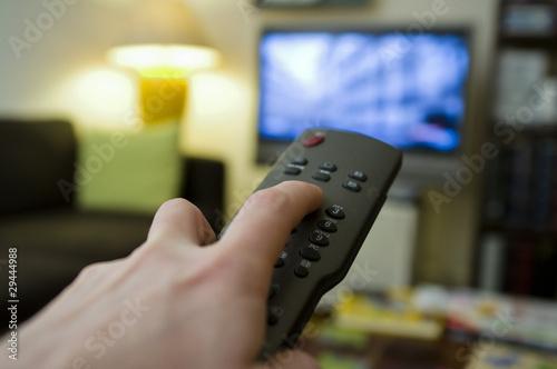 Zapping TV avec télécommande le soir à la maison