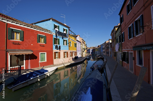 Burano, case tipicamente colorate riflettono sul canale