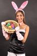 Ein Osterhase mit einem Eierkörbchen