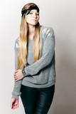Frau posiert im Studio für Fashionbild poster