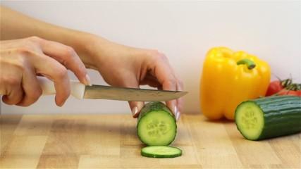 Eine Gurke wird geschnitten