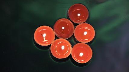 свечи на воде сверху