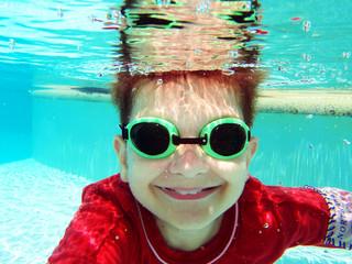 Garçon nageant sous l'eau