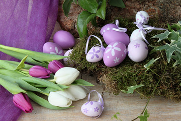 Osternest aus Moos mit lila Ostereiern