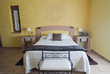 Dormitorio en tonos ocres.